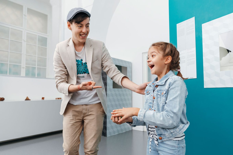 Gli studenti si divertono nel museo
